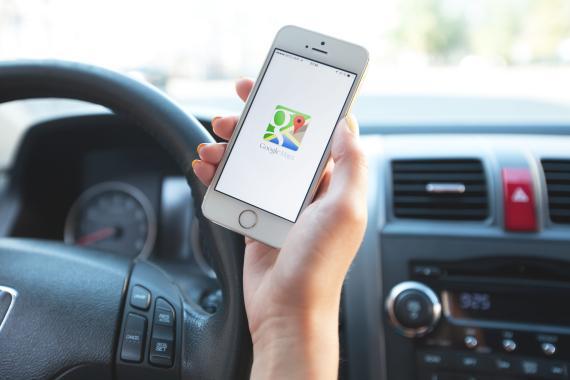 Un conductor utilizando Google Maps