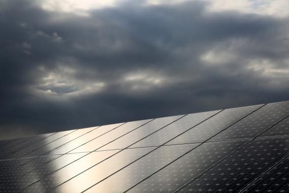 Paneles solares en un día nublado en la Isla de Eigg (Escocia).
