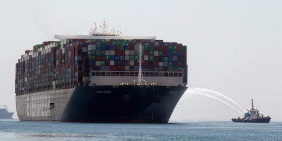 El Ever Given navegando por el Canal de Suez cerca de Ismailia, Egipto, este miércoles.