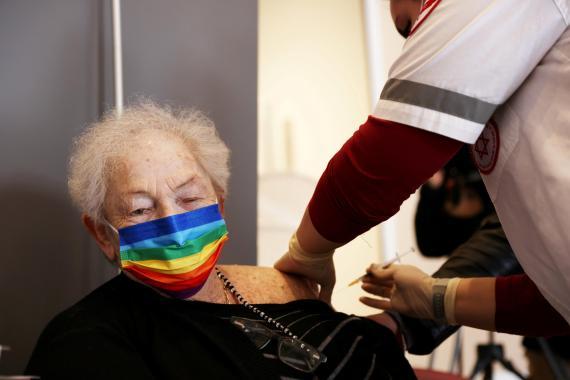 Una señora mayor recibe una inyección de refuerzo de su vacuna contra el coronavirus en una residencia asistida, en Netanya (Israel).