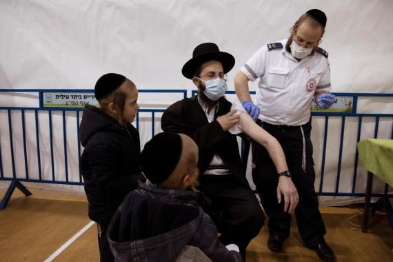 Israel observa una disminución en la eficacia de la vacuna Pfizer debido a la variante Delta y al relajamiento de las restricciones