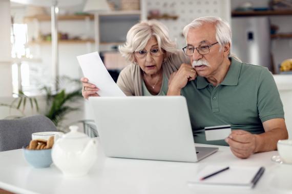 Jubilados contando el dinero