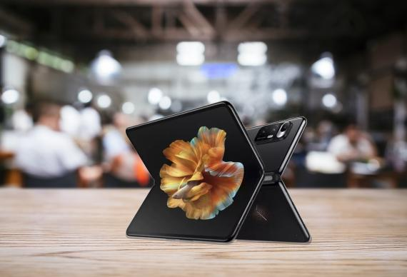 Móvil plegable de Xiaomi con pantalla envolvente