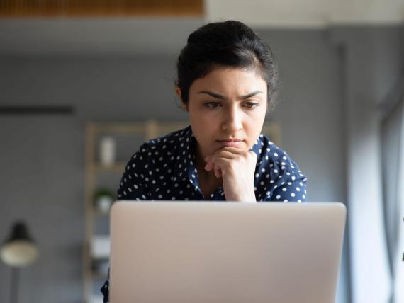 Mujer concentrada