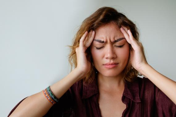 Mujer con dolor de cabeza.
