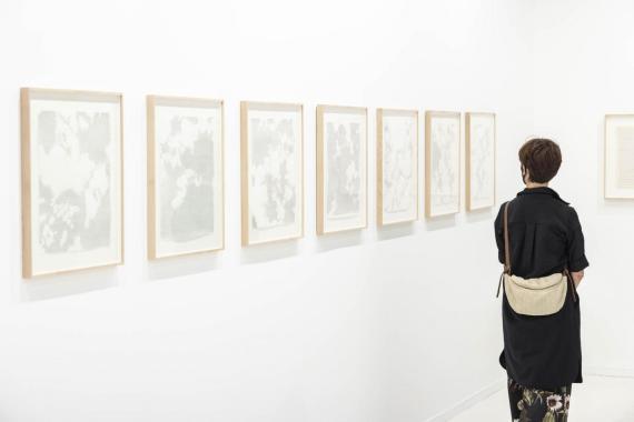 Una mujer observa algunas de las obras expuesta en ARCO 2021. ARCO