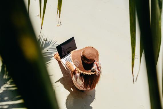 Una mujer teletrabaja en una isla paradisiaca