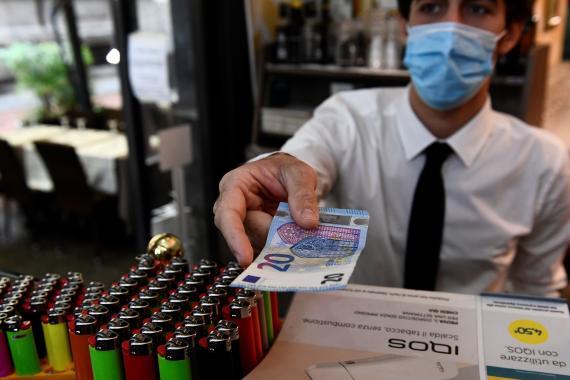 Pagando en efectivo en un restaurante