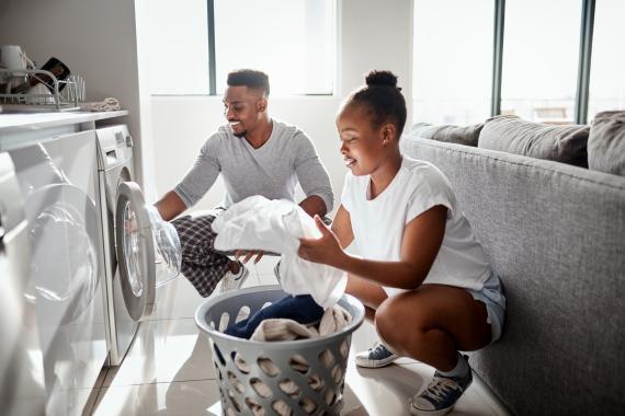 pareja lavando ropa