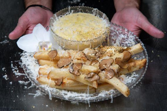 El chef Frederick Schoen-Kiewert sirve The Creme de la Creme Pommes Frites, las patatas fritas más caras del mundo, con un precio de 200 dólares.