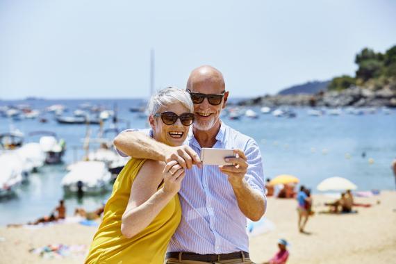 Pensionistas haciéndose una foto en la playa