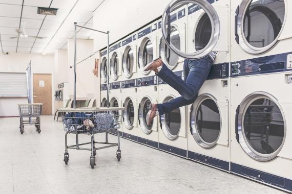 Una persona se mete dentro de una lavadora.
