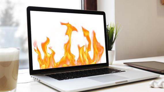 Portátil con llamas