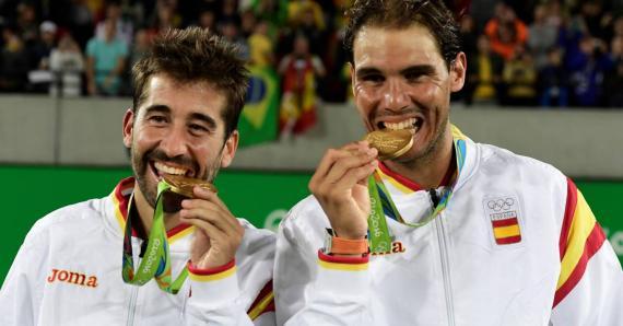 Rafael Nadal y Mark López mordiendo sus medallas de oro en los Juegos Olímpicos de 2016.