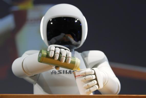 El robot ASIMO prepara una bebida durante una exhibición