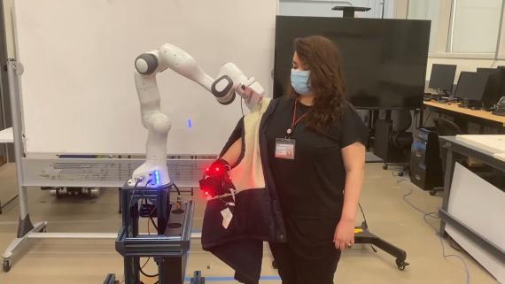 Brazo robótico del MIT ejercitando su capacidad de poner un chaleco.