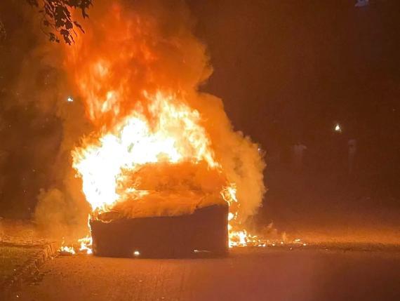 El Tesla Model S se desplazó unos 20 metros sin nadie en su interior hasta que fue totalmente devorado por las llamas, según el abogado del dueño.