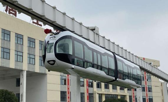 El primer tren transparente que va por el aire está en China.