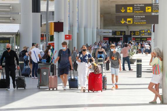 Turistas llegando al aeropuerto de Palma de Mallorca. Reuters