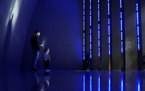 Un hombre y una niña en una instalación del museo Guggenheim de Bilbao.