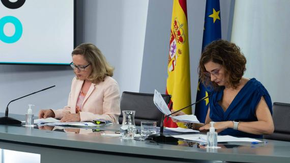 La vicepresidenta económica, Nadia Calviño, y la ministra de Hacienda, María Jesús Montero.