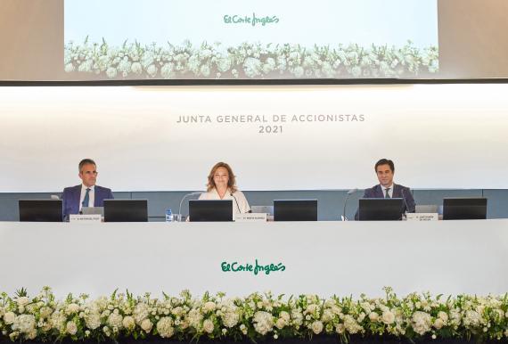 De izquierda a derecha: Víctor del Pozo, consejero delegado; Marta Álvarez, presidenta; José Ramón de Hoces, consejero secretario.