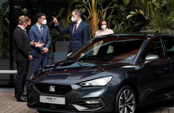 El rey Felipe VI; el presidente de Gobierno, Pedro Sánchez; el presidente de SEAT, Wayne Griffiths; y el consejero delegado del grupo Volkswagen, Herbert Diess, en una visita a la fábrica de Seat en Martorell, cerca de Barcelona.