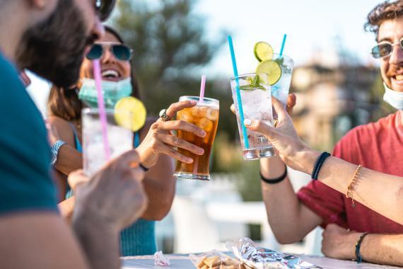 amigos bebiendo, bebidas, refrescos