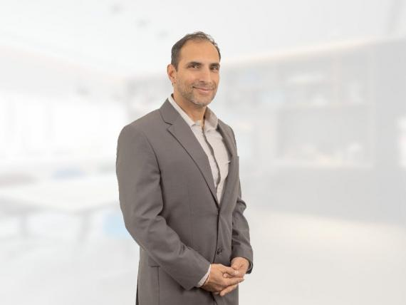 Anil Paryani dirige ahora la empresa de recarga de vehículos eléctricos y gestión de la energía, Auto Motive Power.