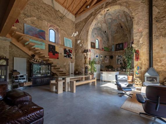 Los muebles y las alfombras ayudan a darle a esta antigua iglesia aspecto de vivienda.