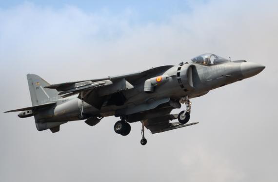 Un caza Harrier realizando un despegue vertical.