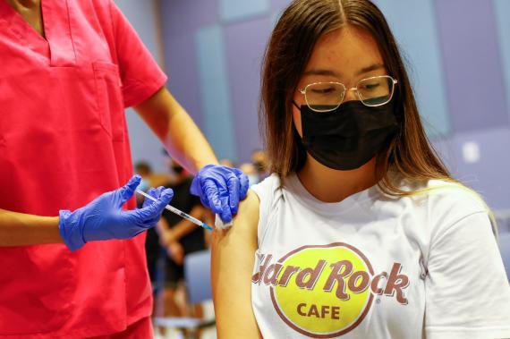 Chica recibe una dosis de la vacuna contra el COVID-19.