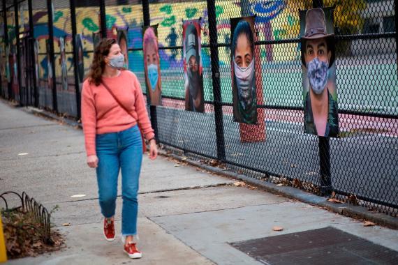 Una mujer camina junto a una exposición de arte en el Upper West Side de Manhattan, Nueva York, Estados Unidos, el 27 de noviembre de 2020.