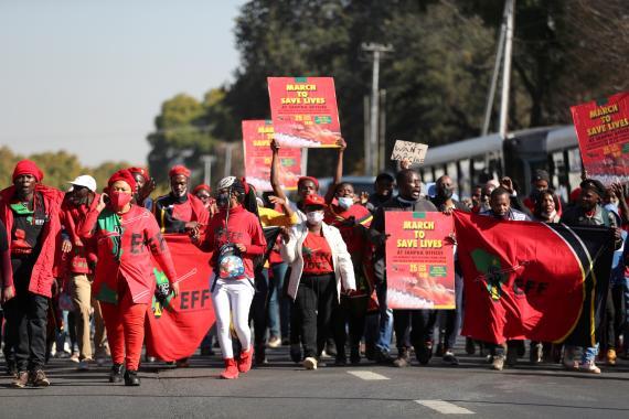 Manifestantes marchan para exigir el reparto de las vacunas contra el COVID-19, en Pretoria (Sudáfrica).