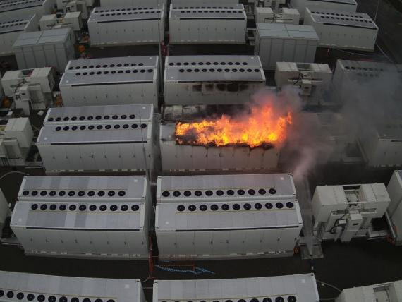 Equipo de baterías de Tesla arde en Australia.