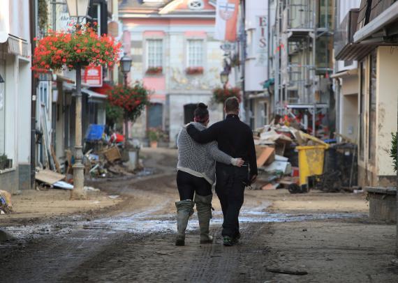 Una pareja camina por una calle en Bad Neuenahr-Ahrweiler (Alemania) tras las inundaciones de julio.