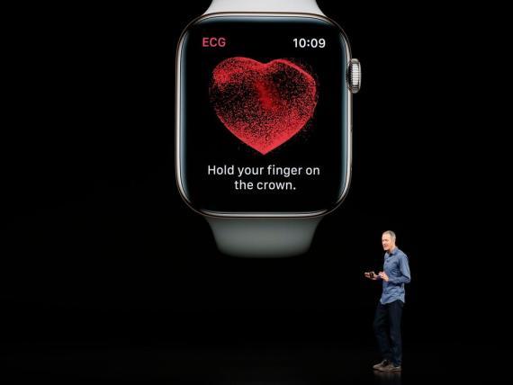 Jeff Williams, director de operaciones de Apple, habla sobre el Apple Watch Series 4 en un evento de lanzamiento.