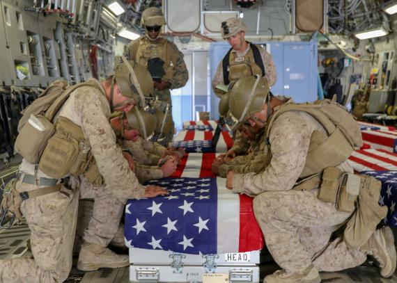 Los marines estadounidenses honran a los caídos en combate durante una ceremonia en la pista de Kabul