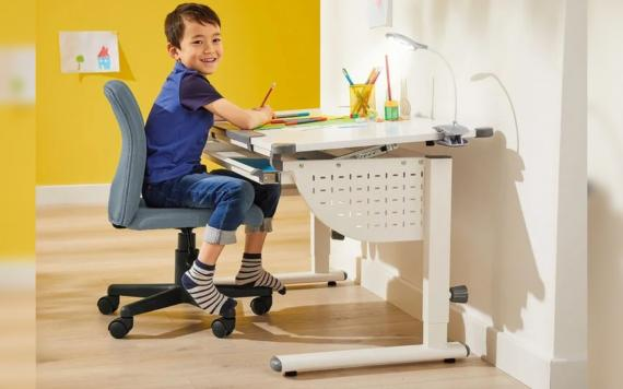 Mesa de escritorio infantil regulable de Lidl.