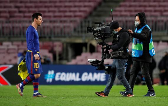 Messi marchándose del campo