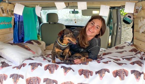 Mónica con Pickle y Lolita en una casa sobre ruedas que solo ha costado unos 1.700 euros en camperizar.