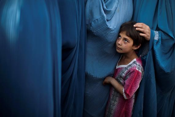 Una niña y mujeres afganas.