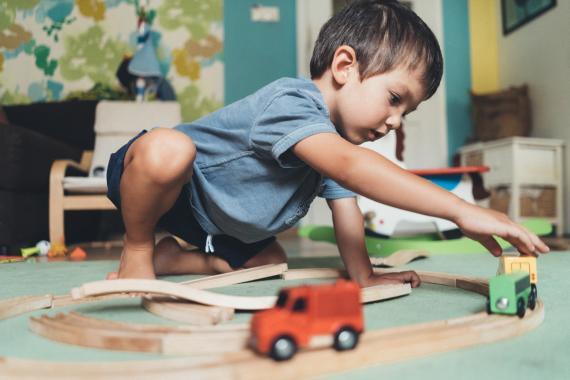 niño jugando solo