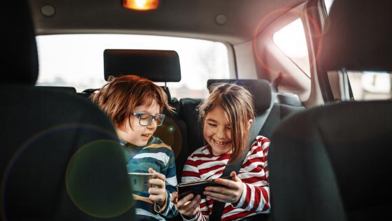 niños móvil en coche