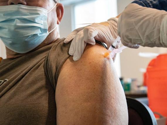 Un hombre recibe una vacuna contra el COVID-19.