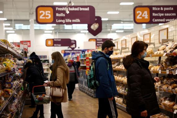 personas haciendo la compra en un supermercado