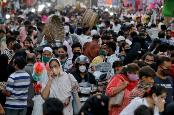 Una calle de la India con sus ciudadanos portando mascarillas. Niharika Kulkarni/Reuters