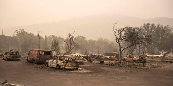 Los restos de un parque de casas que fue destruido por un incendio forestal en Ashland, Oregón (Estados Unidos).