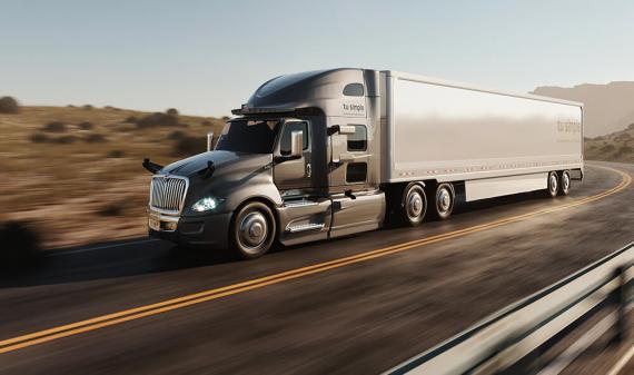 Un camión autónomo de la compañía TuSimple en la carretera