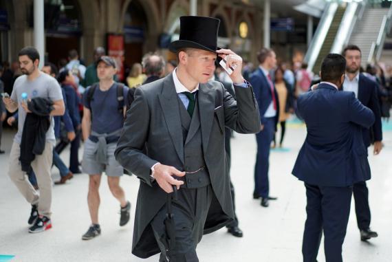 Un aficionado vestido de gala para asistir a Royal Ascot